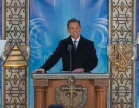 El Sr. David Miscavige, Presidente de la Junta del Religious Technology Center y líder eclesiástico de la religión de Scientology, dedicó la nueva Iglesia de Scientology de Quebec/Eglise de Scientologie de Quebec.
