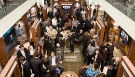 En el nuevo Centro de información pública de la Organización Ideal, miles de personas aprenden acerca de las creencias y prácticas de la religión de Scientology, la vida del Fundador L. Ronald Hubbard, y los muchos programas de mejoramiento social e integración de la comunidad patrocinados por Scientology.
