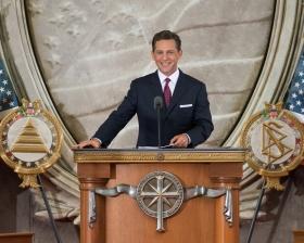 El Sr. David Miscavige, Presidente de la Junta y Líder eclesiástico de la religión de Scientology, ofició en la dedicación este día, inaugurando una nueva Iglesia en la capital de la nación.