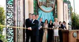 El Sr. Miscavige dirigió la ceremonia del corte del listón, junto con los ejecutivos de la Iglesia e invitados especiales, para abrir oficialmente las puertas de la Iglesia de Scientology y Centro de Celebridades de Nashville para todos.