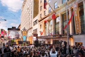 Inmediatamente tras el corte del listón de la Nueva Iglesia de Scientology de Nueva York los invitados entraron por sus pasillos para un primer vistazo a la nueva Iglesia de la Gran Manzana.
